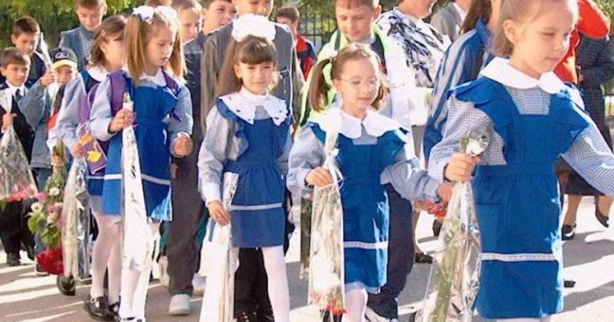 Uniforma scolara obligatorie este extrem de nociva